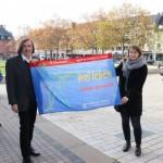Blaue Fahne weht am Rathaus