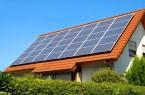 Solaranlage auf einem Hausdach unter dem strahlend blauen Himmel, Foto: ©Smileus / stock.adobe.com