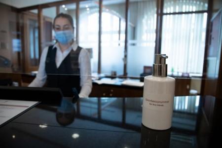 Hotelangestellte verdienen im Durchschnitt 21 Prozent mehr, wenn sie nach Tarif bezahlt werden. Das ergab eine Umfrage der Plattform lohnspiegel.de. Die Gewerkschaft NGG fordert die Unternehmen dazu auf, sich gerade in Krisenzeiten zu Tarifverträgen zu bekennen. Foto: NGG
