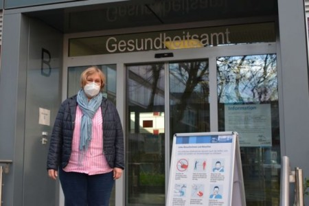 Jeder Test ist nur eine Momentaufnahme, die Einhaltung der Corona-Regeln ist der beste Schutz für sich und andere: Dr. Kirsten-Wiebke Jensen, stellvertretende Leiterin des Paderborner Kreisgesundheitsamtes erläutert die derzeitige Teststrategie Bildnachweis: Amt für Presse- und Öffentlichkeitsarbeit, Meike Delang