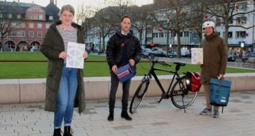 """Die städtische Fahrradbeauftragte Sabrina Wörmann (v.l.) überreichte Daniel Koch und Adrian Rogowski, die für das Team """"Miele GT"""" beim Stadtradeln viele Kilometer gesammelt haben, ihre Sachpreise.Foto:Stadt Gütersloh"""