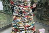 Die Mitarbeiterinnen der Stadtbibliothek, Julia Neumann (links) und Jennifer Bader, fragen: Wie viele Bücher haben sie in diesem Baum verbaut? Foto: Stadt Rietberg
