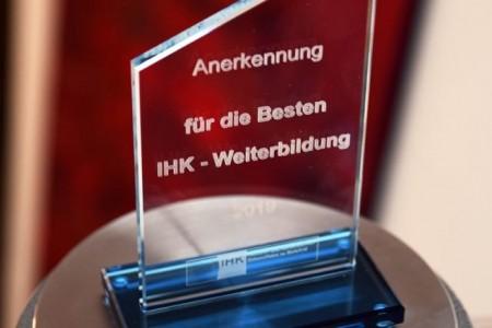 Anerkennung: Der Pokal für die IHK-Weiterbildungsbesten. Foto: IHK