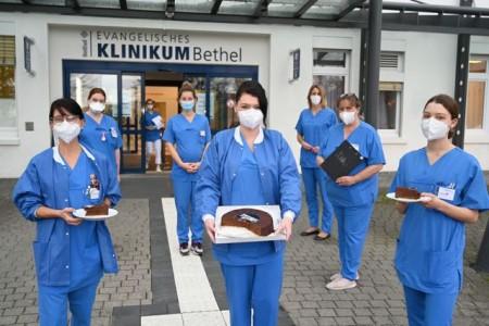 Das Pflegeteam der Notaufnahme für Kinder- und Jugendliche lässt sich die gespendete Torte schmecken. Foto: Manuel Bünemann