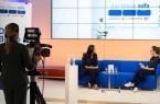 """Düzen Tekkal spricht auf dem Blauen Sofa über ihr Buch """"#GermanDream"""".Foto: © Bertelsmann, Fotograf: Thomas Ecke"""