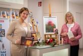Nina Oesterreich vom Kulturamt Bielefeld (links) und Marianne Weiß von Bielefeld Marketing zeigen eine kleine Auswahl an Geschenkideen. Foto:  Kulturamt Bielefeld/Klaus Hansen