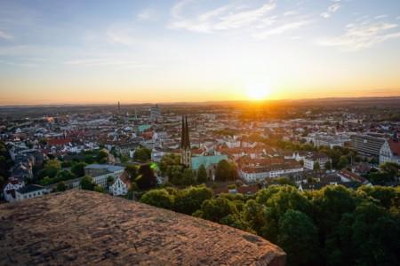 """Beim """"Picknick mit Ausblick"""" hat man den Turm der Sparrenburg eine Stunde lang ganz für sich. Foto: Bielefeld Marketing, Franziska Beckmann"""