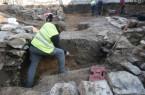 Ein Grabungstechniker legt ein Profil frei. Foto: T. Lodemann/EggensteinExca
