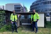 Dr.   Nils  Neusel-Lange  (rechts)   und   Frederik  Holz  von   den Stadtwerken   zeigen   eine   innovative   Monitoring-Lösung   für das Niederspannungsnetz. Die intelligente Messleiste liefert Messdaten, die über LoRaWAN übertragen werden.  Foto: Stadtwerke Bielefeld/Yvonne Liebold