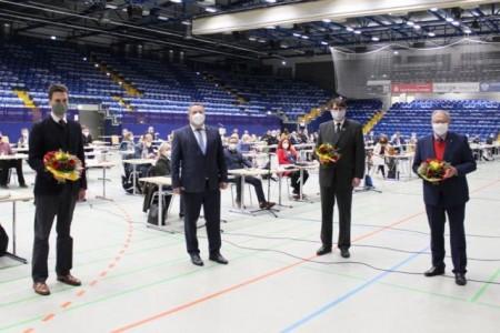 Landrat Dr. Axel Lehmann (2. von links) mit den gewählten stellvertretenden Landräten: Robin Wagener (Bündnis 90/ Die Grünen, 3. Stellvertretender Landrat), Stephan Grigat (CDU, 2. Stellvertretender Landrat) und Kurt Kalkreuter (SPD, 1. Stellvertretender Landrat) (von links). Foto: Kreis Lippe