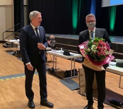 Glückwunsch vom noch amtierenden Bürgermeister Henning Schulz zur Wiederwahl an Andreas Kimpel (r.), der erneut zum Beigeordneten für Kultur und Weiterbildung wiedergewählt wurde..Foto: Stadt Gütersloh
