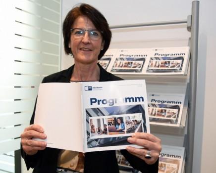 Stellt das neue Programmheft der IHK-Akademie Ostwestfalen vor: Akademieleiterin Simone Heuwinkel. Foto: IHK Ostwestfalen