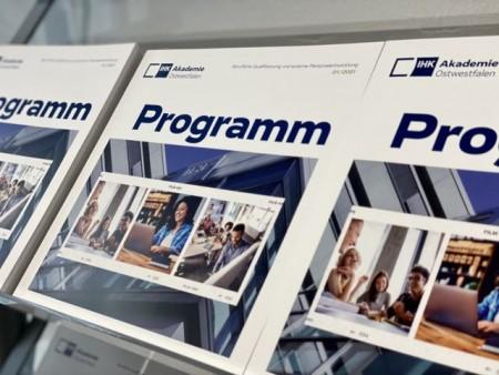 Neu vorgestellt: Das Programmheft 1/2021 der IHK-Akademie Ostwestfalen. Foto: IHK Ostwestfalen