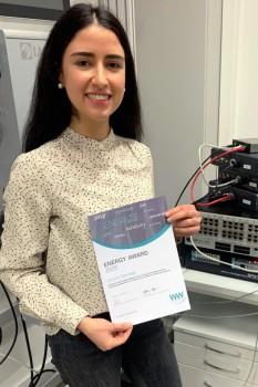 Amina Berrada freut sich über die Auszeichnung ihrer Masterarbeit mit dem Energy Award 2020. Foto: Katrin Schulte / FH Bielefeld