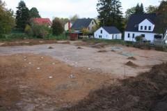 Die weißen Punkte markieren die Pfostenreihen eines hochmittelalterlichen Hauses. Foto: archaeofirm / S. Düve