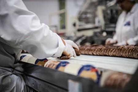 Sorgen dafür, dass Lebensmittel in der Krise nicht knapp werden: Für die Beschäftigten in der Ernährungsindustrie fordert die Gewerkschaft NGG im neuen Jahr höhere Löhne. Foto:NGG