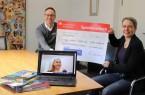 v.l.: Bürgermeister Theo Mettenborg überreich Dr. Regina Heimann einen Check  über 7.000 Euro zur Finanzierung ihres Studienorientierungsprojektes. Foto: Stadt Rheda