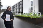 """Katja Timmermeister, Rooms Division  Manager , mit dem Zertifikat, das Haus  Neuland als """"Qualitätsbetrieb der  Hermannshöhen"""" auszeichnet. Foto:  Christina Ritzau"""