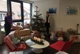 Susanne Eickelmann, Geschäftsstellen-Leiterin der Bielefelder Bürgerstiftung, die den Kontakt mit den Einrichtungen koordinierte, machte sich vor Ort ein Bild des Weihnachtswunschbaumes Foto: Bielefelder Bürgerstiftung