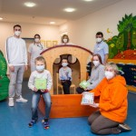 Löwenmama Susanne Saage verteilt Geschenke an kranke Kinder im St. Ansgar Krankenhaus der KHWE