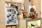 """In der Tourist-Information Bielefeld sind Werke der """"Bielefelder KunstEdition 2020"""" sowie alle weiteren Kultur-Geschenke und Gutscheine der Weihnachtskampagne """"Herzerwärmend Kultur schenken"""" erhältlich. Foto: Kulturamt/ Klaus Hansen"""