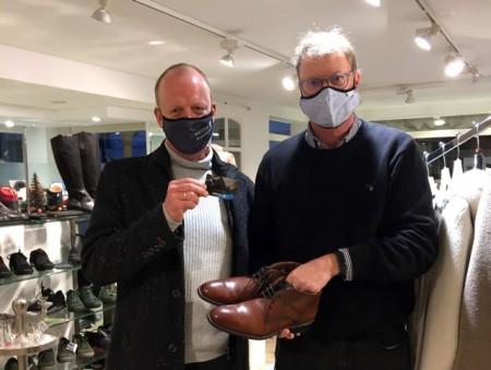 v.l.: Thorsten Grüner setzt die WestagCard in Bernhard Ackfelds Schuhgeschäft ein.