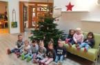 Kindergartenkinder freuen sich über Weihnachtbaum, Foto: Bad Lippspringe