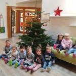 Kindergartenkinder freuen sich über Weihnachtsbaumspende