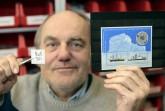 Von Bethel zum Nordpol: Ludwig Kirsch sortiert internationale Briefmarken..Foto:Bethel