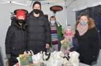 Mutmach-Aktion am Kinderzentrum Bethel: Sven Schipplock (2.v.l.) mit seiner Frau Maurene, Pflegerische Leitung Birgit Teske (Mitte) und Patientin Aliana mit ihrer Mutter Marina.