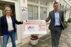 Das Foto zeigt VKM-Geschäftsführerin Kristina Witschel und Bürgermeister Andreas Sunder bei der Spendenübergabe mit dem coronabedingten Abstand. Foto: Stadt Rietberg