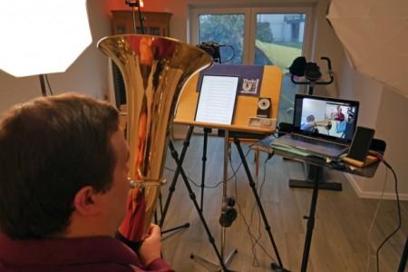 Tenorhornschüler Ole und Musikschullehrer Steffen Zankl sind ein eingespieltes Team – analog und digital Foto: Kreismusikschule