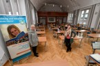Sarah Mönnekes (links) und Referentin Yvonne Ungerer begrüßten die Teilnehmerinnen und Teilnehmer zur letzten Sitzung des Heidelberger Interaktionstrainings im Kreishaus in Höxter. Das Foto entstand vor der Verschärfung der Corona-Schutzmaßnahmen. Foto: Kreis Höxter