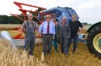 Ein 75 Jahre alter Mäh-Dresch-Binder wurde im Jahr 2014 wieder flott gemacht. Das Einsatzteam mit Helmut Claas, von links: Ernst Reineke, Helmut Claas, Ludger Weber, Bernhard Laumann und Martin Beckmann. (Foto: CLAAS)