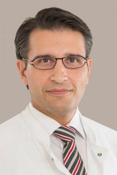 Prof. Dr. Fikret Er, Chefarzt der Kardiologie ist der erste Mitarbeiter, der sich am Klinikum gegen das Corona-Virus impfen lässt. Foto: Klinikum Gütersloh