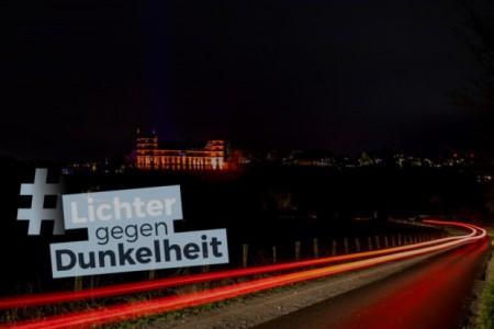 Die beleuchtete Wewelsburg beim ersten bundesweiten Beleuchtungs-Flashmob aller Gedenkstätten am Internationalen Tag des Gedenkens an die Opfer des Holocaust am 27. Januar 2020 (Foto: Lina Loos ©Kreismuseum Wewelsburg)