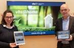 Laden zu den digitalen Formaten im neuen Frühjahrssemester ein: (v.l.) Dr. Mariella Gronenthal (stellvertretende Leitung, VHS) und Dr. Elmar Schnücker (Leiter, VHS).Foto: Stadt Gütersloh