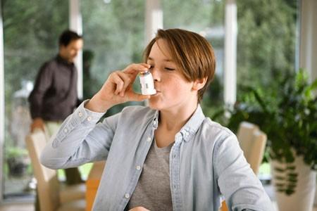 Bei Jungen bis 14 Jahren wird häufig ein Asthma diagnostiziert. Deshalb ist es wichtig, Asthma früh zu erkennen und konsequent zu behandeln. Foto: AOK/hfr.