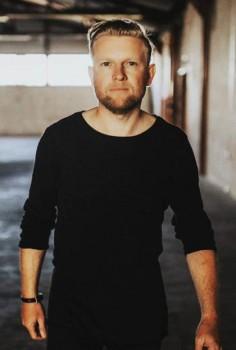 Der Bielefelder Musiker Simon Zawila zeigt beim Cultural Quarter der Weberei am Donnerstagabend eine Viertelstunde lang sein Können.