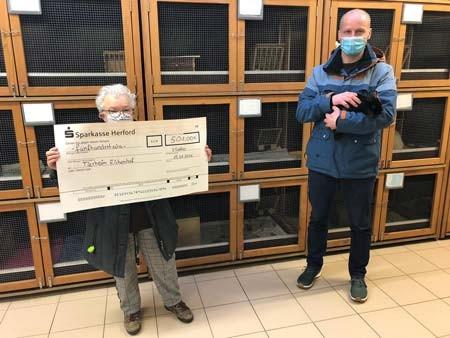 Bei der Spendenübergabe: Martin Sommerfeld (Stadt Vlotho) überreicht stellvertretend für alle Mitarbeiter*innen den Spendencheck an Gerlinde Suess (2.Vorsitzende des Tierheims).