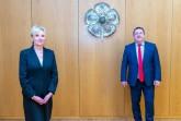 Landrat Dr. Axel Lehmann begrüßt Dr. Ute Röder als neues Mitglied im Verwaltungsvorstand. Foto: Kreis Lippe