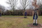 Linus, Jasper und Tristan Martinschledde posieren vor ihrer Esskastanie, Zürgelbaum und Zerreiche. Foto: Stadt Rietberg