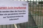 Das Schild am Zaun beim Impfzentrum weist darauf hin, dass die Impfstraßen noch nicht freigegeben sind.  (Foto: Kreis Gütersloh)