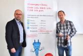 Fachbereichsleiter Michael Werner (links) und Projektleiter Maksim Boschmann freuen sich, dass der Stromspar-Check auch trotz Corona dabei hilft, die Belastungen einkommensschwacher Haushalte zu reduzieren. Foto: Kreis Höxter
