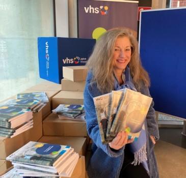 Die Leiterin der Volkshochschule Paderborn, Petra Hensel-Stolz, zeigt das neue VHS-Programm. Anmelden können sich Interessierte ab 18. Januar. Foto: Kreis Paderborn