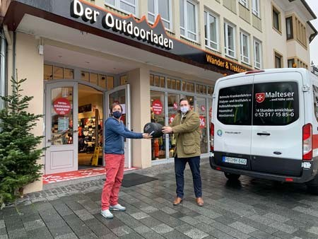 Auf den Weg nach Dortmund: Christian Brottka vom Outdoorladen (links) und Robert Kesselmeier (rechts) bei der Übergabe und Einladen der Schlafsäcke in Paderborn.