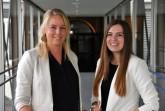 Katharina Serinelli (links) und Dorina Bernsmann von der Geschäftsstelle Ehrenamt des Kreises Höxter setzen darauf, dass sich zahlreiche Ehrenamtliche melden, um beim Start des Impfzentrums Hilfestellung leisten zu können. Foto: Kreis Höxter