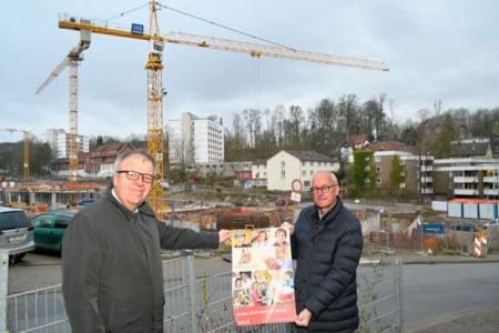 An der Baustelle gehen die Arbeiten voran: Pastor Ulrich Pohl (links) dankt Peter Stockmeier für die großzügige Spende.Foto: EvKB