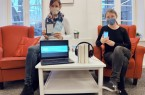 Julia Neumann (links) und Jennifer Bader haben Hör- und Streaming-Tipps aus der »OnleiheOWL« für zu Hause vorbereitet. Foto: Stadt Rietberg