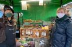 Daniela Maria Kriegel (links) und Caroline Peters informieren am Freitag auf dem Wochenmarkt über glutenfreie Backwaren. Foto: Stadt Rietberg